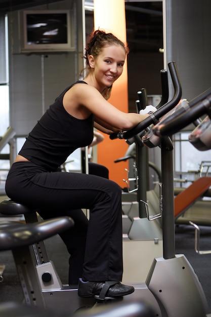 Hermosa mujer sexy haciendo fitness Foto gratis