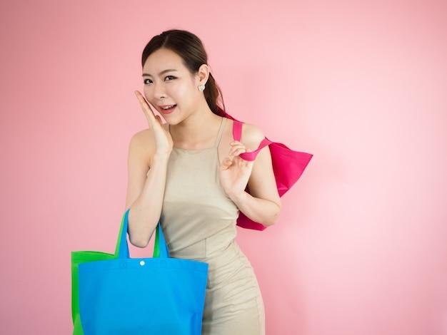 Hermosa mujer son felices y divertidas cuando compras, concetp moda Foto Premium