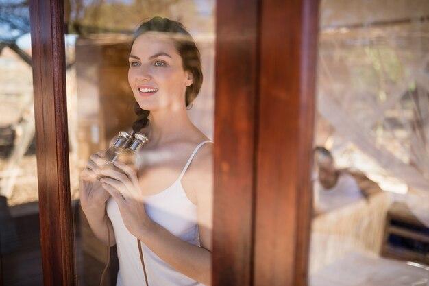 Hermosa mujer sosteniendo binoculares Foto gratis