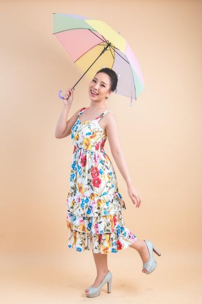 Hermosa mujer sosteniendo un paraguas Foto gratis