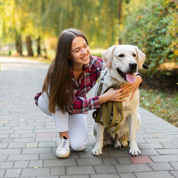 Hermosa mujer sosteniendo a su perro Foto gratis