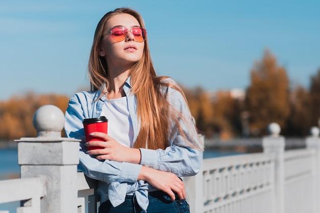 Hermosa mujer sosteniendo una taza de café Foto gratis