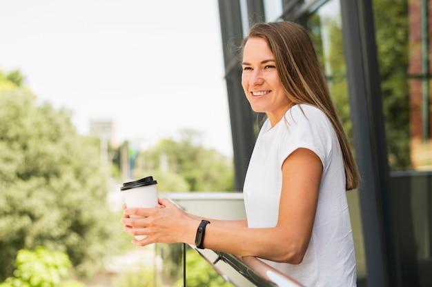 Hermosa mujer sosteniendo la taza de café Foto gratis