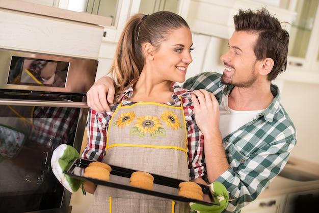 Hermosa mujer sostiene pan tostado caliente con galletas. Foto Premium