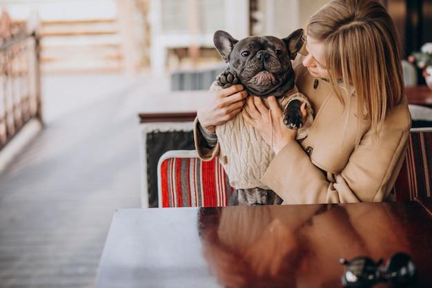 Hermosa mujer con su lindo bulldog francés en traje cálido Foto gratis