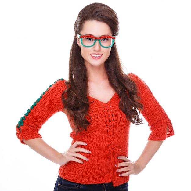 Hermosa mujer en suéter rojo Foto gratis