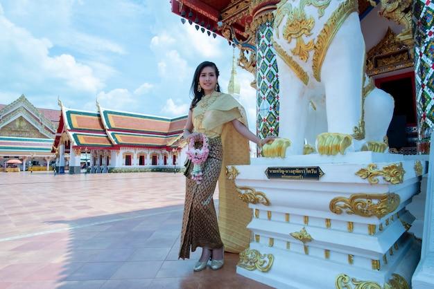 Hermosa mujer tailandesa en traje tradicional en el templo de tailandia Foto gratis