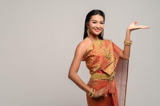 Hermosa mujer tailandesa con vestido tailandés y danza tailandesa Foto gratis