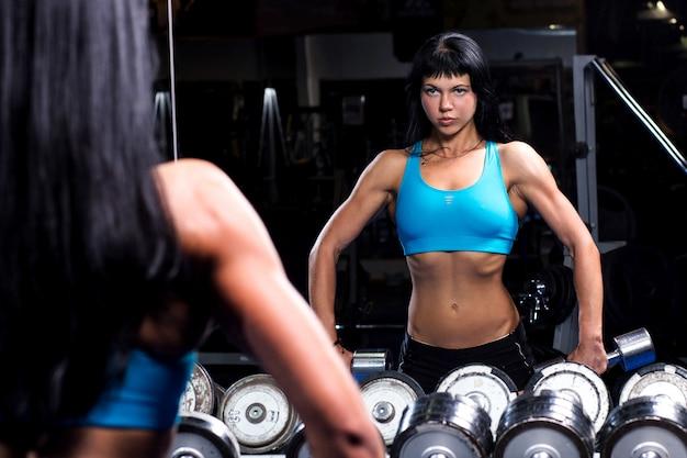 Hermosa mujer trabajando en un gimnasio Foto gratis