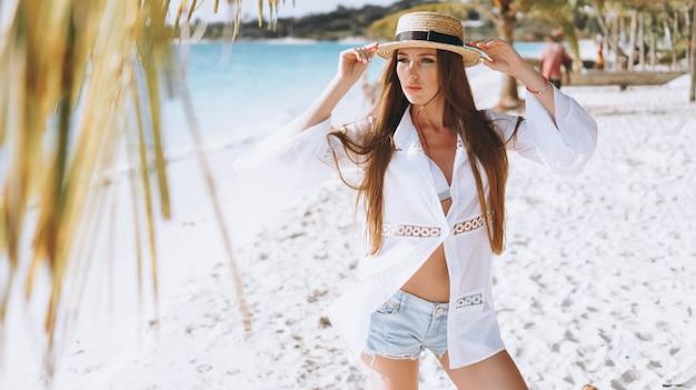 Hermosa mujer en traje de baño junto al océano Foto gratis