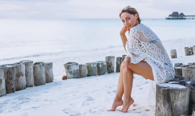 76d4c9160ffc Hermosa mujer en traje de baño junto al océano | Descargar Fotos gratis
