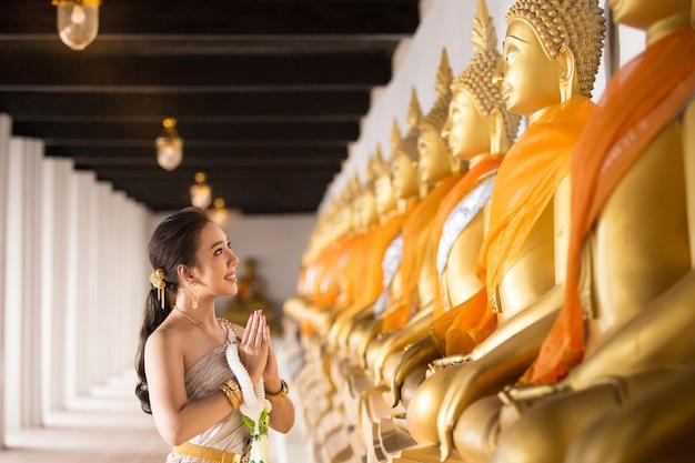 Hermosa mujer en traje tradicional tailandés antiguo, retrato en el antiguo templo de ayutthaya Foto gratis