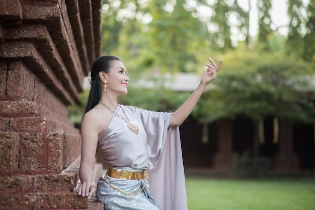 Hermosa mujer con vestido típico tailandés Foto gratis