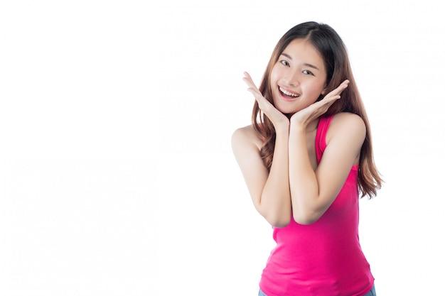 Hermosa mujer viste una camisa rosa con una sonrisa que muestra su mano Foto gratis