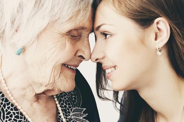Hermosa niña adolescente y su abuela, retrato de familia Foto gratis
