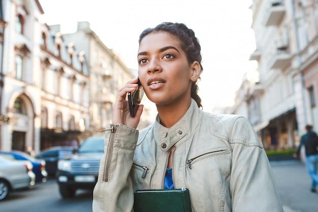 Hermosa niña africana hablando por el celular Foto gratis