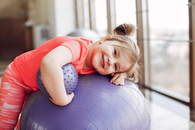 Una hermosa niña se dedica a un gimnasio Foto gratis