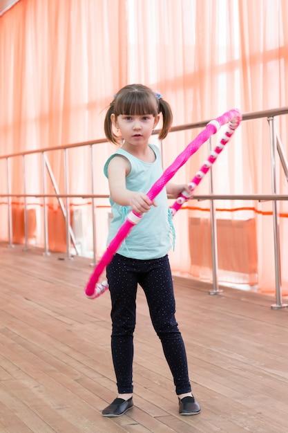 Hermosa niña haciendo deporte. Foto Premium