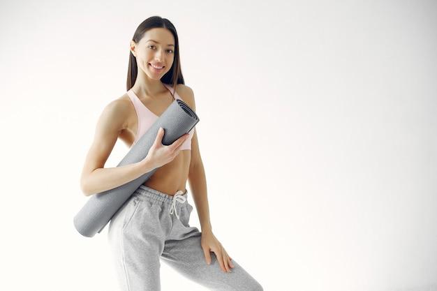 Una hermosa niña participa en un estudio de yoga Foto gratis