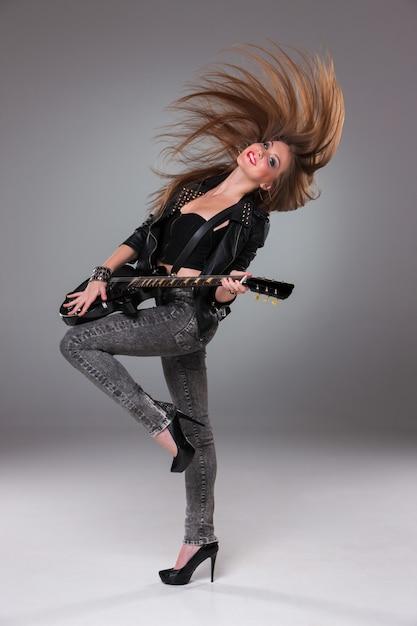 Hermosa niña tocando la guitarra Foto gratis