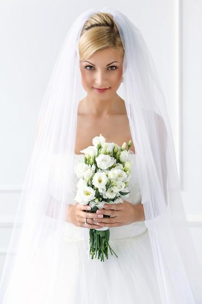 Hermosa novia con ramo Foto gratis