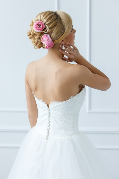 Hermosa novia con rosas en el pelo Foto gratis