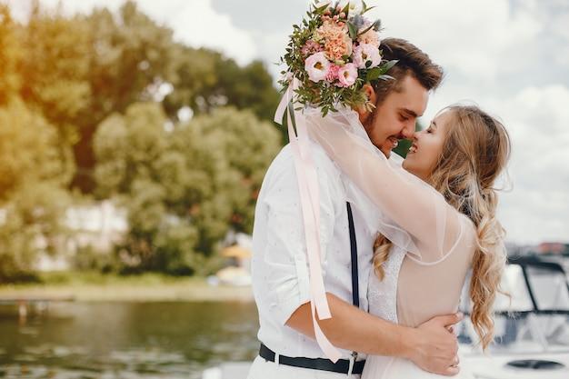 Hermosa novia con su marido en un parque Foto gratis