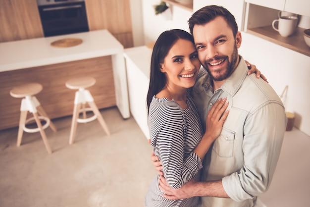 Hermosa pareja está abrazando Foto Premium