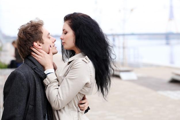 Hermosa pareja al aire libre Foto gratis