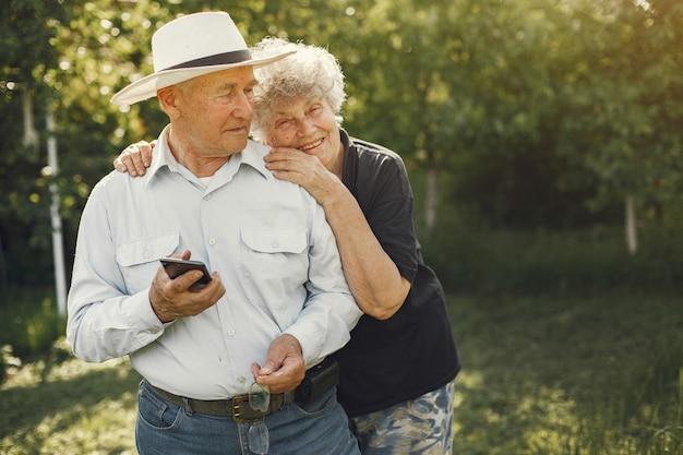 Hermosa pareja de ancianos pasar tiempo en un jardín de verano Foto gratis