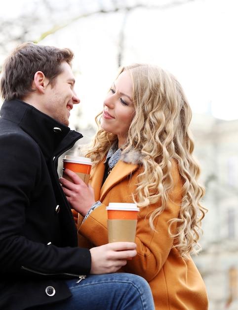 Hermosa pareja en la calle Foto gratis