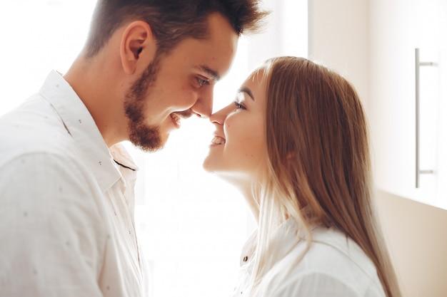 Hermosa pareja en casa Foto gratis