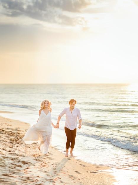 Hermosa pareja elegante caminando en la playa | Descargar Fotos gratis
