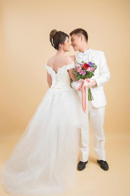 Hermosa pareja feliz en boda en estudio Foto gratis
