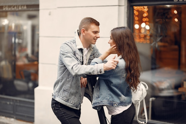 Hermosa pareja pasa tiempo en la calle Foto gratis