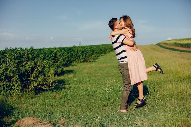 Hermosa pareja pasa tiempo en un campo de verano Foto gratis