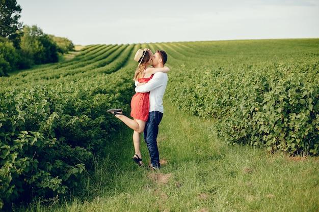 Hermosa pareja pasa tiempo en un campo Foto gratis