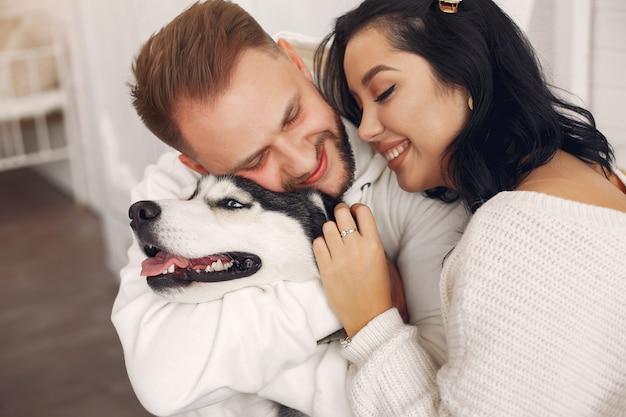 Hermosa pareja pasa tiempo en una habitación Foto gratis