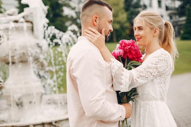 Hermosa pareja pasa tiempo en un jardín de verano Foto gratis