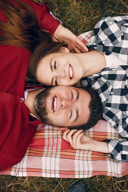 Hermosa pareja pasa tiempo en un parque de verano Foto gratis