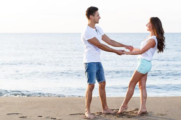 Hermosa pareja en el playa Foto gratis