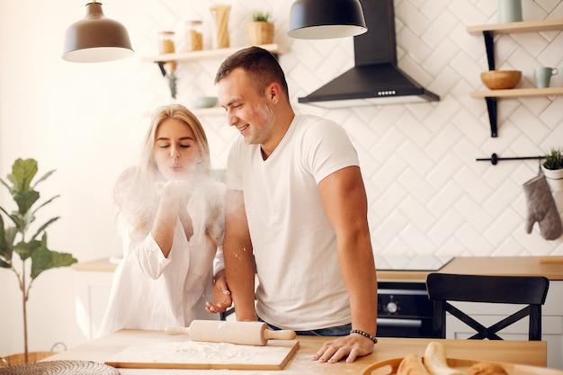 Hermosa pareja prepara comida en una cocina Foto gratis
