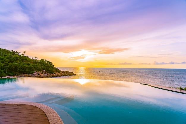 Hermosa piscina infinita al aire libre en el complejo hotelero con vista al mar y al cielo azul de nubes blancas Foto gratis