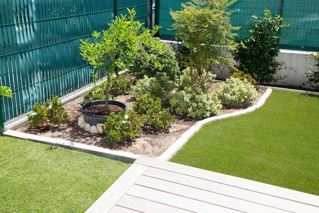 Hermosa planta natural de zona de relax en un moderno diseño de jardines. Foto Premium