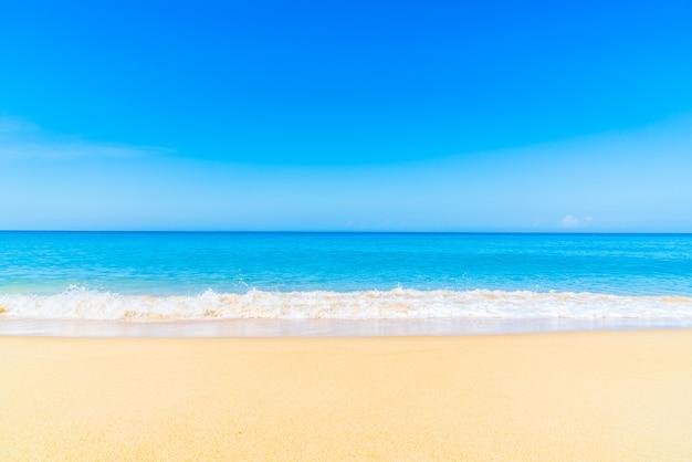 Hermosa playa y mar Foto gratis
