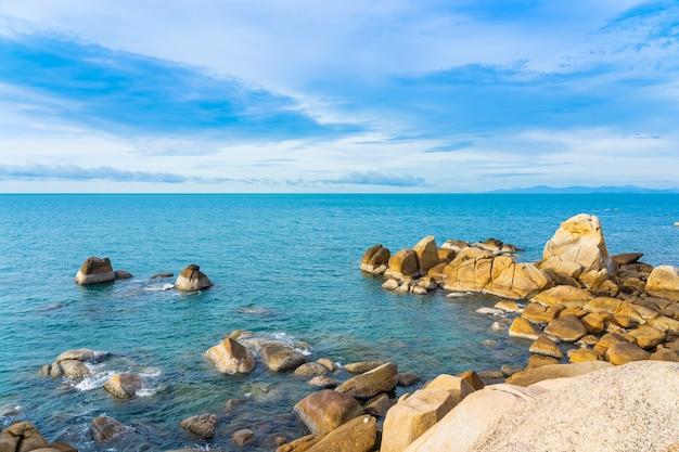 Hermosa playa tropical al aire libre alrededor del mar alrededor de la isla de samui con palmeras de coco y otros Foto gratis