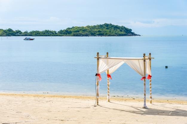 Hermosa playa tropical con arco de bodas Foto gratis