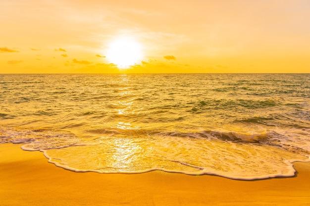 Hermosa playa tropical mar océano al atardecer o al amanecer para viajes de vacaciones Foto gratis