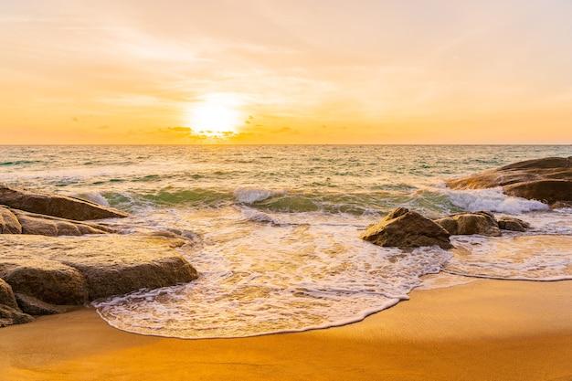 Hermosa playa tropical mar océano alrededor de palmera de coco al atardecer o amanecer para fondo de viajes de vacaciones Foto gratis