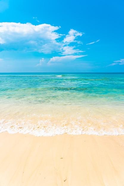 Hermosa playa tropical vacía mar océano con nubes blancas sobre fondo de cielo azul Foto gratis
